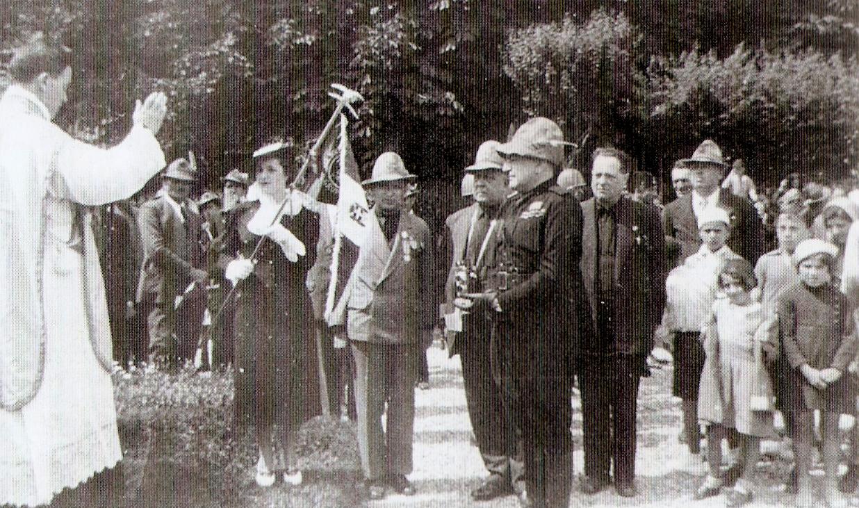 Il Cappellano di Sezione Don Balestrazzi, la Madrina Sig.ra Elda Zanotti Stieber con a fianco Olindo Cavalieri