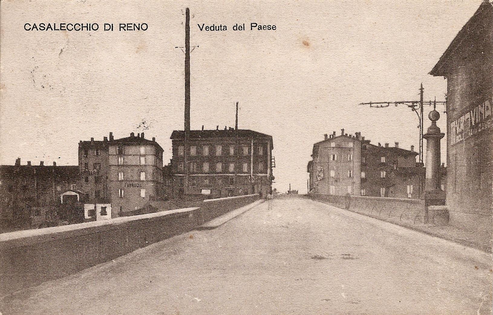 Il ponte dopo l'allargamento della carreggiata e a destra la colonna sul pilastrino a ricordo dei lavori (Collezione M. Neri)