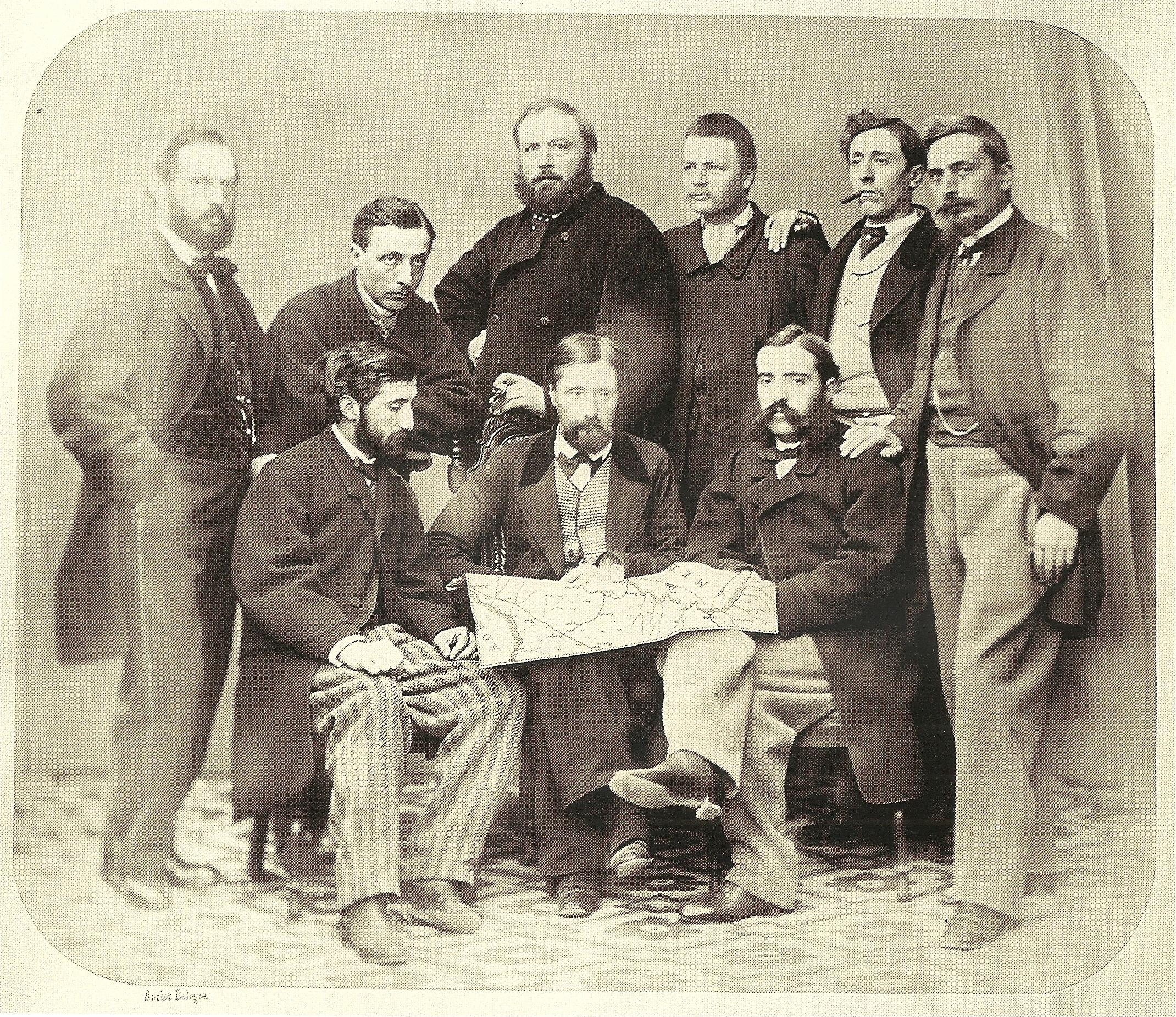 """Foto di gruppo dei progettisti, al centro l'ing. capo Jean Louis Protche con una mappa della strada ferrata (da """"Vedute fotografiche della costruzione della ferrovia Porrettana (1859-1864)"""", autore della foto Emilio Anriot)"""