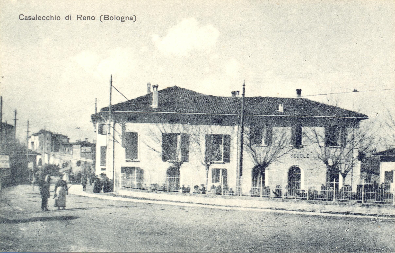 L'edificio municipale all'inizio del Novecento, sulla destra l'ingresso delle aule scolastiche (Collezione M. Neri)