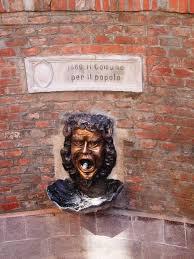 La maschera di bronzo incastonata nel muro