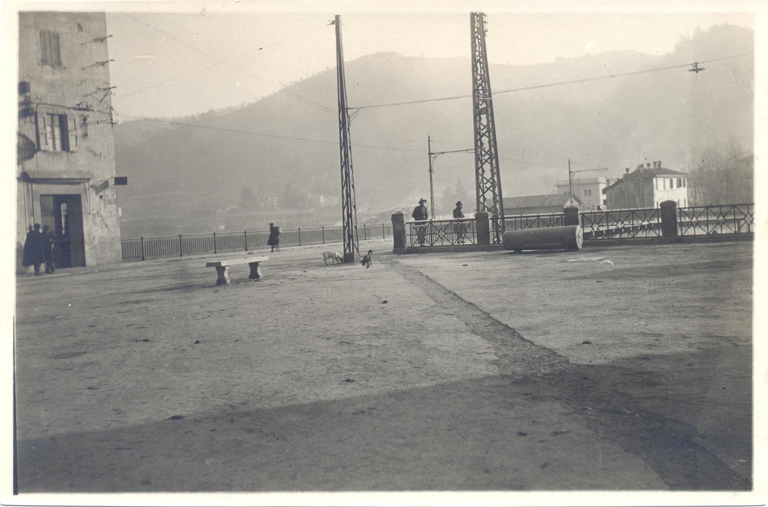 La nuova Piazza Umberto I, sulla sinistra l'angolo della Fondazza, sullo sfondo Casa Ferri (Collezione M. Neri)