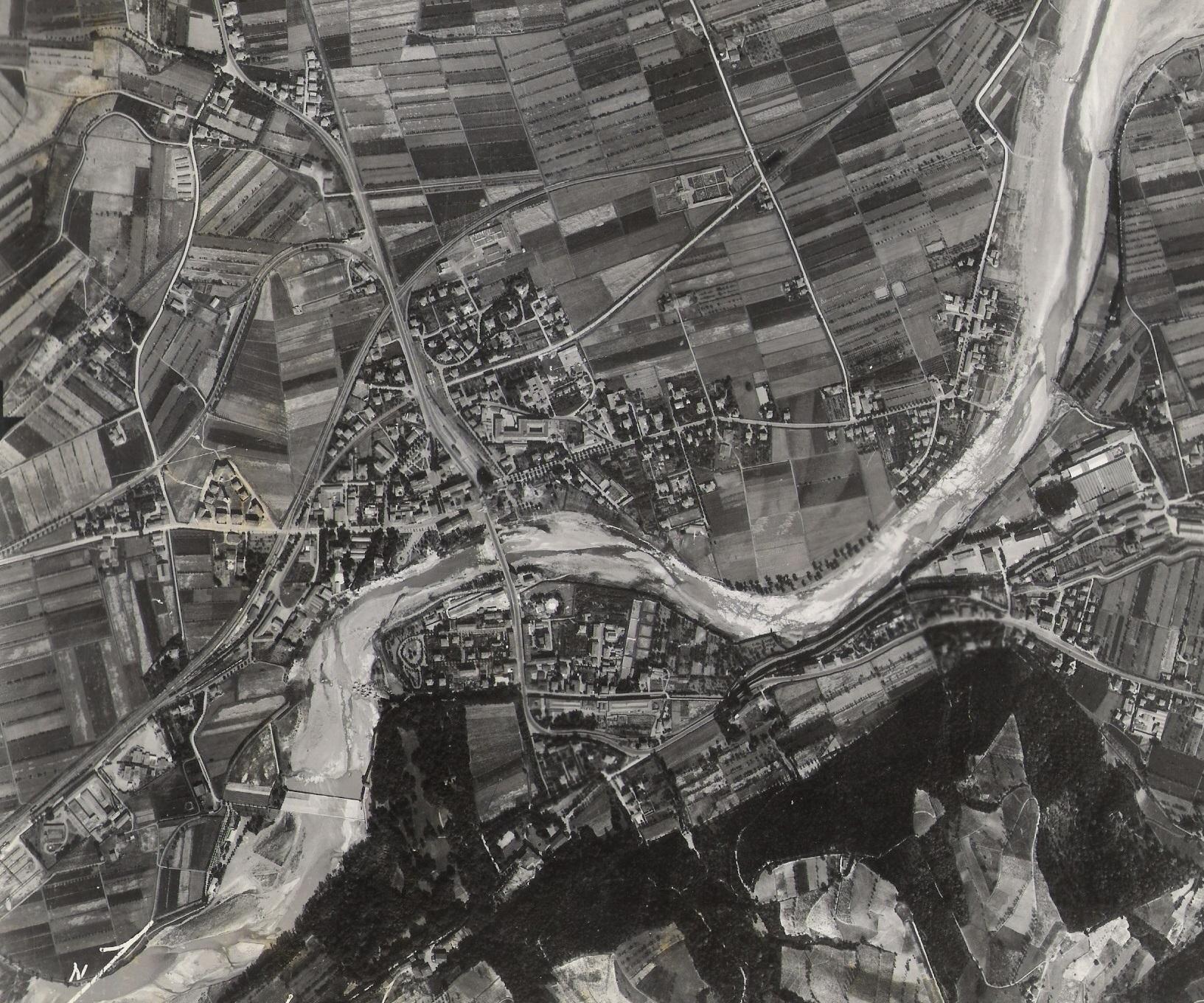 Aereofotogrammetria degli anni '40 del Novecento con il Cimitero nei pressi delle vie Piave e Isonzo (Archivio fotografico Biblioteca C.Pavese)