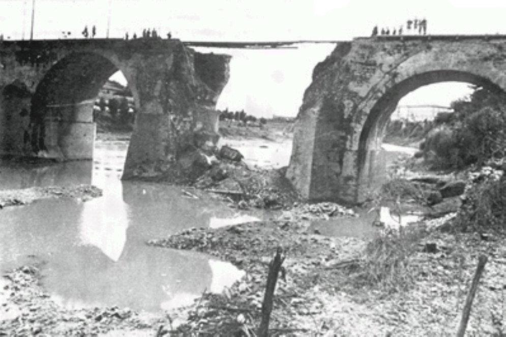Il ponte sul Reno con l'arcata centrale caduta nel greto del fiume